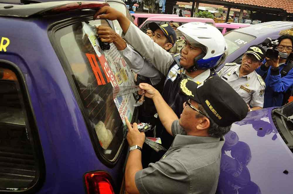 Pelepasan kaca film angkot di Depok. Foto: humasdepok
