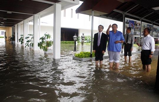 Presiden SBY saat meninjau lokasi banjir di lingkungan Istana Negara Jakarta beberapa waktu lalu. Foto: presidenri.go.id