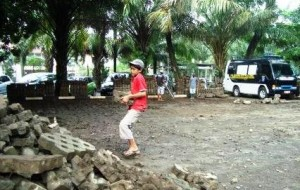 AD yang masih berusia 13 tahun, berasal dari Sindang Laut Cirebon bekerja sebagai buruh bangunan pada proyek pembangunan lahan parkir di lingkungan Balaikota Depok. Ad terpaksa bekerja dikarenakan kebutuhan hidup untuk membantu keluarganya.
