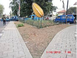 Sebuah patung buah Belimbing di Sawangan Depok. Belimbing menjadi ikon Kota Depok