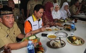 Wakil Walikota Depok, Idris Abdul Shomad (kiri) bersama Walikota Depok Nur Mahmudi Ismail menikmati hidangan sehat yakni mengkampanyekan One Dya No Rice (ODNR)