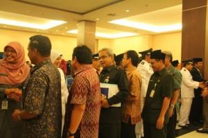 Para pejabat baru di jajaran Pemkot Depok mendapat ucapan selamat seusai dilantik di Balaikota Depok, Jumat (7/2)