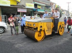 WaliKota Depok Nur Mahmudi Ismail turun langsung bahkan menyetir mobil mesin giling didampingi Dalops Dishub Yusmanto  melakukan perbaikan di Jalan Kartini pada Senin (17/2).