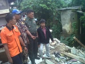 Danramil 03/Sukmajaya, Kapten Inf Warjata bersama Ketua Gafatar Depok, Sugeng, dan FKPPI menunjukkan rumah warga yang ambruk di Kelurahan Abadijaya, Depok, Rabu (12/3).