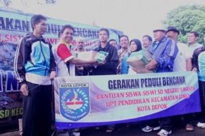 Satlak PB Depok memberi bantuan untuk korbang bencana di Subang. 25/1/14 Sumber foto: depok.go.id