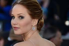Aktris Jennifer Lawrence dengan gaya rambut klasik yang ditarik ke belakang saat penganugrahan piala Oscar