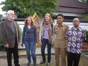 Kabid Kebersihan DKP Depok, Rahmat Hidayat (kedua dari kanan) berfoto bersama dengan delegasi dari Universitas Darmastadt, Jerman beberapa waktu lalu. Mereka berminat menganalisa dan membuat riset tentang sistem pengelolaan sampah di Kota Depok, Jawa Barat (Jabar).