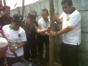 Walikota Depok, Nur Mahmudi Ismail (kiri) didampingi Kadis DKUP Depok, Agus Suherman (kanan)  melakukan penanaman pohon usai dekalrasi aksi bersih dan hijau di Pasar Cisalak, Cimanggis, Depok, Kamis (3/4).