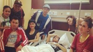Olga Syahputra yang tengah sakit di rumah sakit Pondok Indah sedang mendapat kunjungan rekan-rekan artis