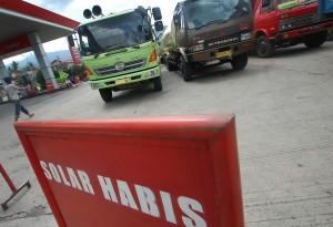 Sejumlah truk antre menunggu suplai pasokan Bahan Bakar Minyak (BBM) jenis Solar di SPBU Bandar Buat, Padang, Sumbar, Rabu (27/2).