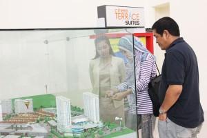 Seorang marketing dari Megapolitan Group sedang menjelaskan kepada konsumen tentang Cinere Terrace Suites di Marketing Gallery Megapolitan Group di Cinere, Depok