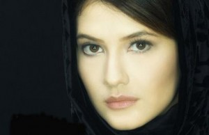 TAMARA BLESZYNSKI Aktris Tamara Bleszynski memutuskan untuk memeluk Islam pada 1995. Keputusannya untuk berpindah keyakinan tak datang begitu saja. Sebelum menjadi mualaf, Tamara diketahui meluangkan waktunya untuk belajar dan mendalami Islam terlebih dulu. Hingga kemudian dia menikah dengan Teuku Rafly Pasha di Masjidil Haram dan memutuskan untuk bercerai pada tahun 2007.