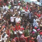 Jokowi dan JK melambaikan tangan kepada rakyat yang menunggunya di sepanjang jalan Sudirman dan Thamrin sampai Istana.