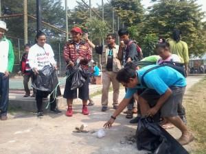 Wijayanto (tengah), selaku Kepala Badan Lingkungan Hidup (BLH) Kota Depok bersama LSM Aku Cinta Depok Bersih ajak warga turut bersihkan lingkungan