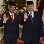 Presiden Joko Widodo dan Ibu Negara Iriana Joko Widodo (kiri) bersama Presiden ke-6 RI Susilo Bambang Yudhoyono dan Ibu Ani yudhoyono (kanan) melambaikan tangan seusai Upacara Penyambutan Kemiliteran di Istana Merdeka, Jakarta, Senin