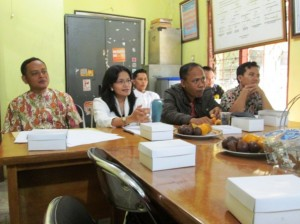 Ketua KPU Kota Depok, Titik Nurhayati (baju putih, tengah) sedang melakukan sosialisasi Peraturan Pemerintah Pengganti Undang-Undang (Perppu) Nomor 1 Tahun 2014
