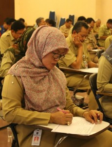 Kepala Denias BMSDA, Yulistiani Mochtar sedang serius mengikuti program test kemampuan berbahasa Inggris